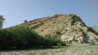 دماغه ای از کوه بزی در این سال های خشک سالی دریاچه پریشان